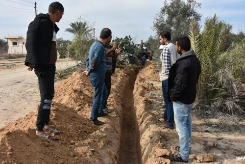 العمل الزراعي ينتهي من تمديد خط ناقل لتوفير مياه الري ل180 دونم زراعي شرق منطقة الفخاري