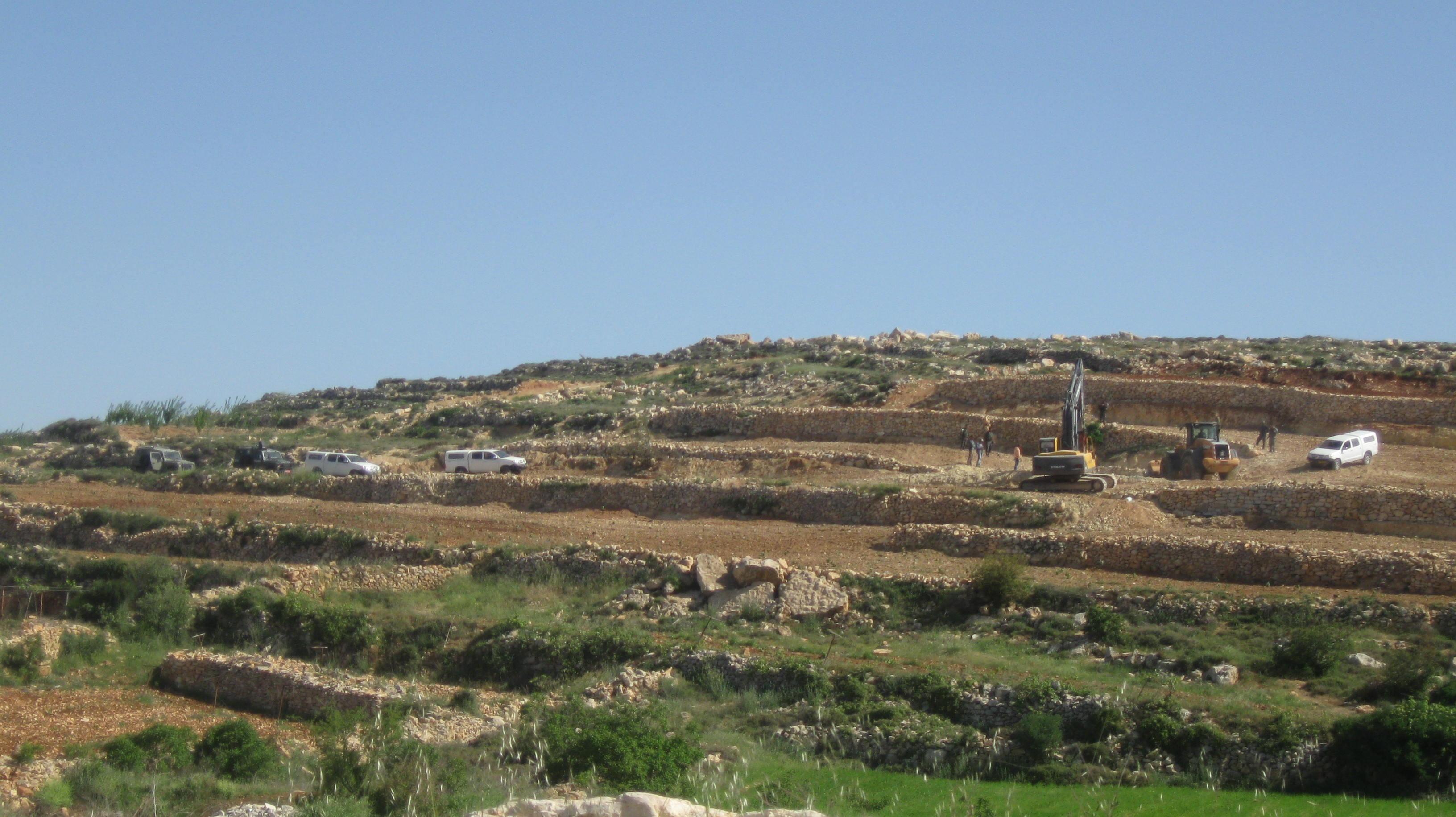 سلطات الاحتلال تهدم بئري مياه في حلحول