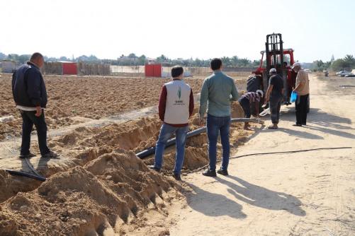 العمل الزراعي يعيد زراعة 600 دونم من خلال تمديد خطوط ناقلة للمياه شرق خان يونس