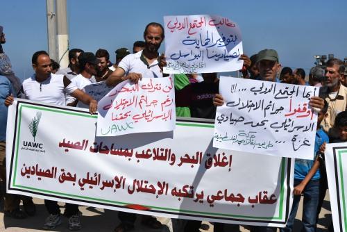 مئات الصيادين والمزارعين يشاركون بوقفة تضامنية دعى لها اتحاد لجان العمل الزراعي