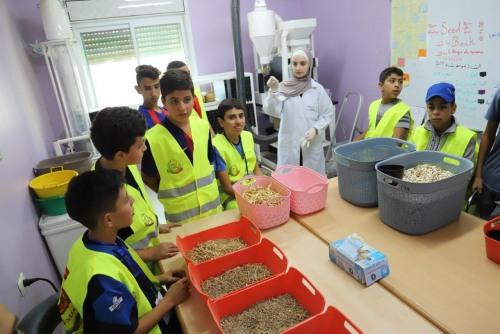 العمل الزراعي يستكمل سلسلة محاضرات توعوية في مدارس الضفة حول البذور البلدية
