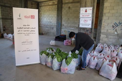 العمل الزراعي يبدأ بتوزيع 4000 طرد غذائي على الأسر الفقيرة في قطاع غزة