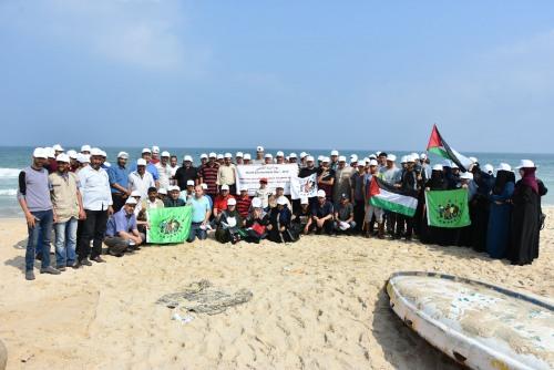 غزة - العمل الزراعي يحيي يوم البيئة العالمي بتنظيف شاطئ البحر