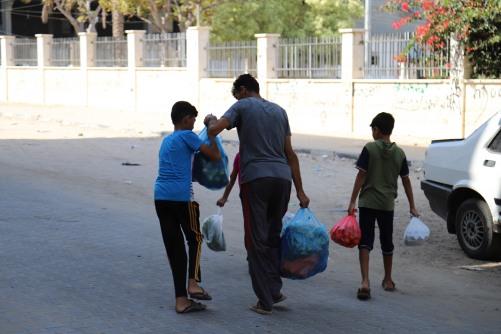 العمل الزراعي يوزع 400 طرد غذائي وصحي على الأسر المتضررة من جائحة كورونا في غزة
